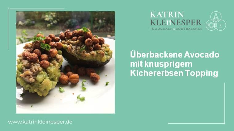 Überbackene Avocado mit knusprigem Kichererbsen Topping